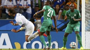 vory Coast's Giovanni Sio commits a foul on Greece's Georgios Samaras during their 2014 World Cup Group C soccer match at the Castelao arena in Fortaleza June 24, 2014. (Reuters)