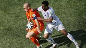 Arjen Robben of the Netherlands (L) is challenged by Chile's Gonzalo Jara during their 2014 World Cup Group B soccer match at the Corinthians arena in Sao Paulo June 23, 2014. (PAULO WHITAKER/REUTERS)